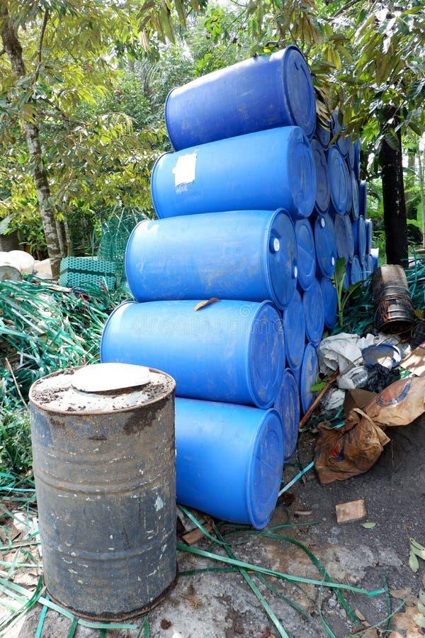 las pilas de los bidones, pedazos de tubos plásticos, cubos y basura, utilizaron los envases de materiales de la industria químic fotos de archivo