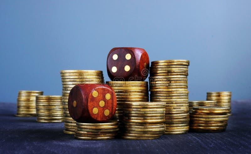 Las pilas de monedas y cortan en cuadritos Comercio e incertidumbre en negocio Dados en las finanzas I imágenes de archivo libres de regalías