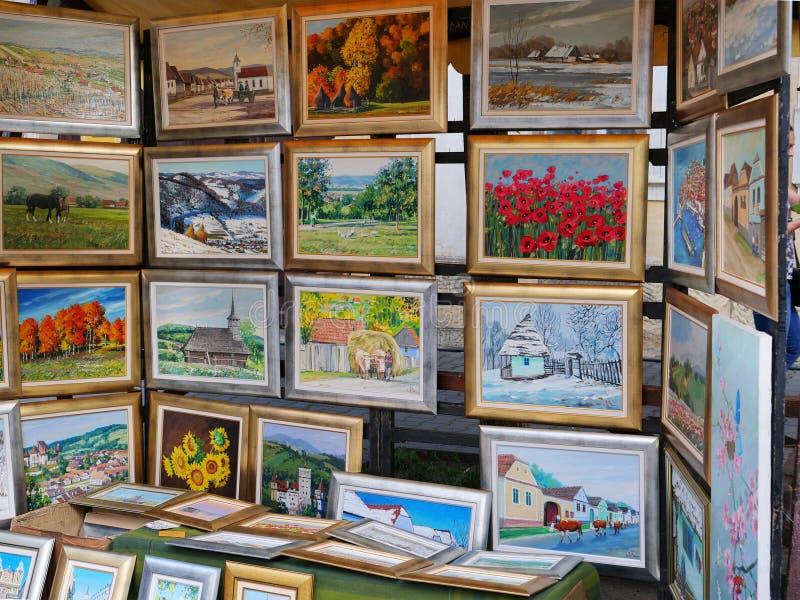 Las pinturas al óleo enmarcadas hermosas para la venta en una calle se colocan fotografía de archivo libre de regalías