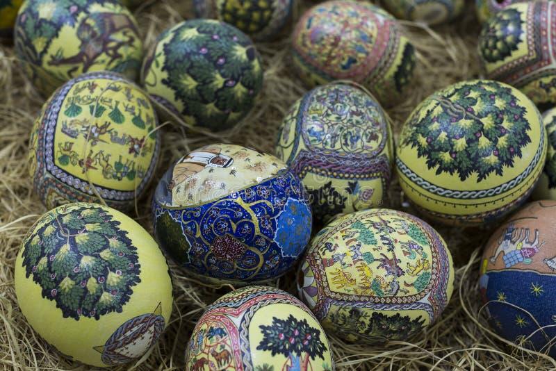 Las pinturas populares árabes tradicionales en avestruz eggs en el mercado del este foto de archivo libre de regalías