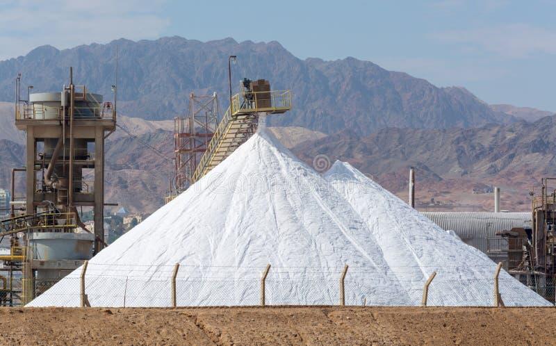 Las pirámides blancas con la sal natural del mar, sal trabajan en fábrica cerca foto de archivo libre de regalías