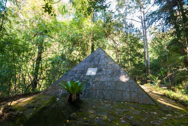 Las pirámides de su nave volcaron, provincia de Chantaburi fotografía de archivo
