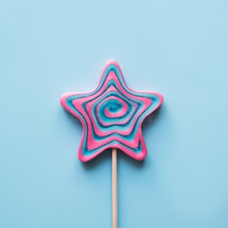 Las piruletas remolinan caramelo formado como estrella en azul Visi?n superior Imagen cuadrada imagen de archivo