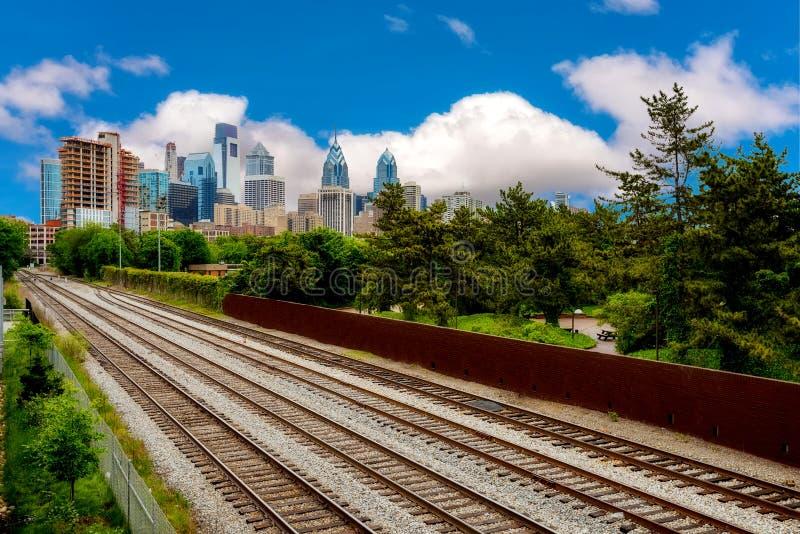 Las pistas de ferrocarril llevan en el centro de ciudad de Philadelphia Pennsylvania fotografía de archivo