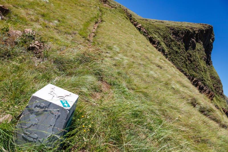Las pistas de senderismo en el parque nacional de las montañas de la puerta de oro fotos de archivo