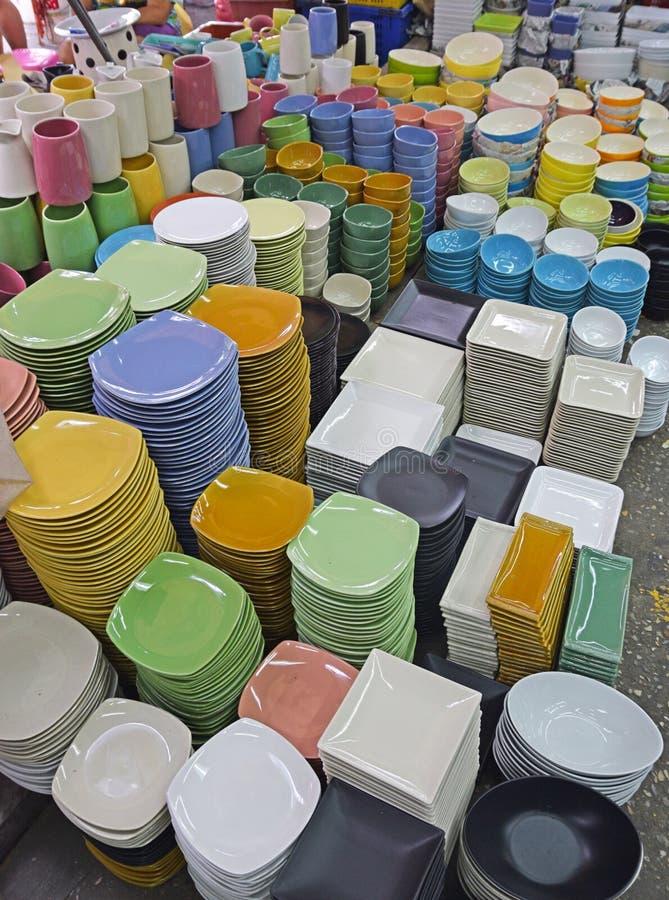 Las placas coloridas y los cuencos fijados vendieron en bulto en el mercado del bazar fotos de archivo