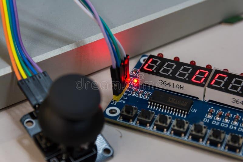 Las placas de circuito abiertas de la palanca de mando conectaron PWB B de Arduino Screws Blue fotos de archivo