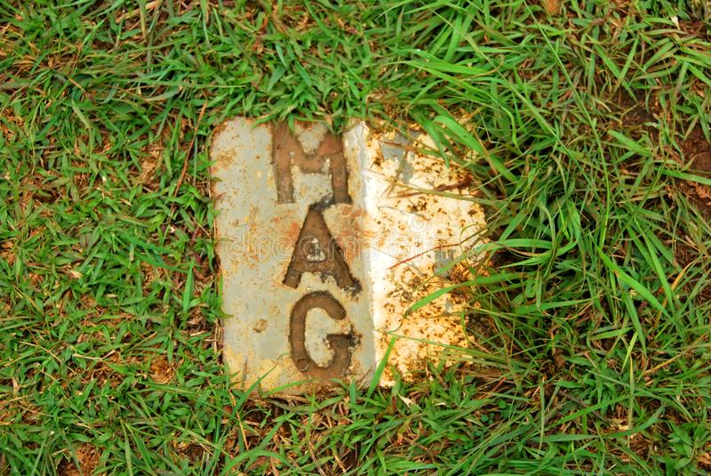 Las placas de piedra de la marca de grupo consultivo de las minas la ubicación de bombas inexplotadas hicieron la caja fuerte en  foto de archivo libre de regalías