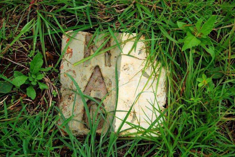 Las placas de piedra de la marca de grupo consultivo de las minas la ubicación de bombas inexplotadas hicieron la caja fuerte en  imagen de archivo