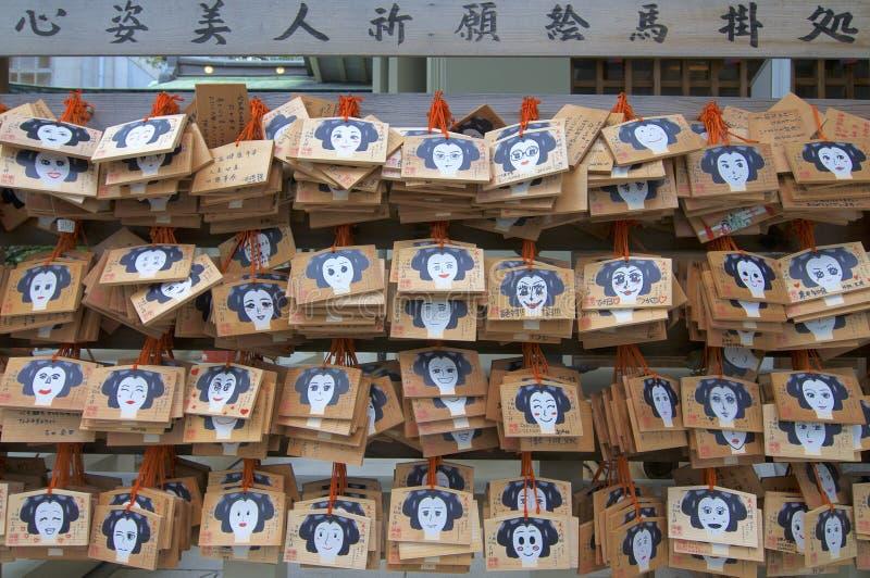 Las placas votivas del AME de madera que cuelgan en la capilla de Tsuyunoten en Osaka imagen de archivo libre de regalías