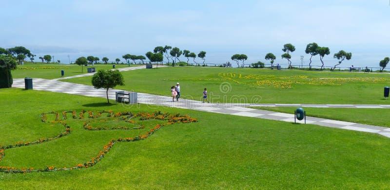 Las plantas evocan la línea famosa de Nazca en el parque de Maria Reiche en el distrito de Miraflores de Lima, Perú imagen de archivo