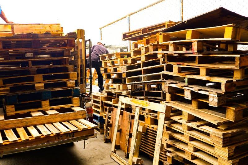 Las plataformas de madera apilan en el almacén del cargo de la carga para el transporte y la logística industriales en Bangkok imagen de archivo libre de regalías