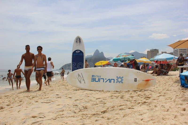 Las playas de Rio de Janeiro se aprietan la víspera del carnaval fotografía de archivo