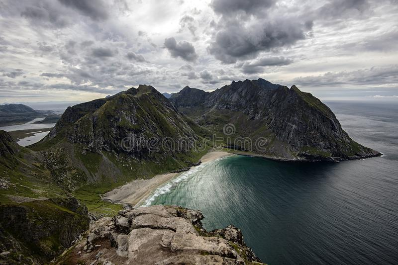 Las playas hermosas de Kvalvika y de Vestervika adentro lofoten las islas, tiro de Mt Ryten en la isla de Flakstad fotografía de archivo