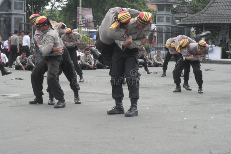 LAS POLICÍAS DE SEGURIDAD DEL FUNCIONAMIENTO DE LA ELECCIÓN FUERZAN imagen de archivo