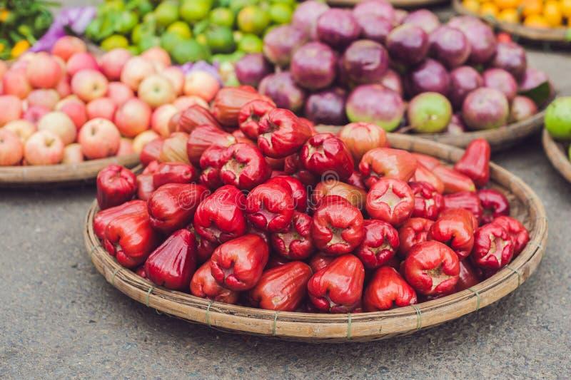 Las pomarrosas rojas, homphu, cumini de la sizigia, yambozaili o manzana del malayo, también llamaron la manzana de la cera, del  imagen de archivo libre de regalías