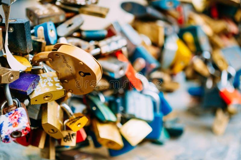 Las porciones de amor se cierran en el puente en ciudad europea imagen de archivo