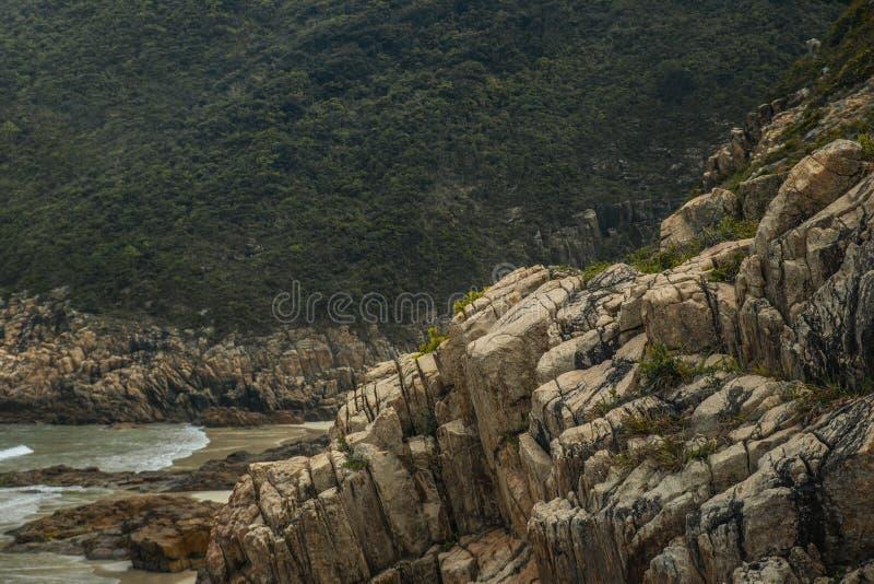 Las poza góra kamienia zatoczka blisko morze plaży zdjęcie stock