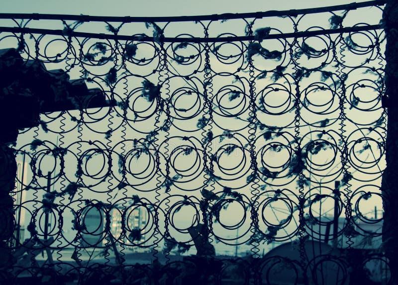 Las primaveras de un colchón viejo enmarcan una vista de Baku, Azerbaijan imágenes de archivo libres de regalías