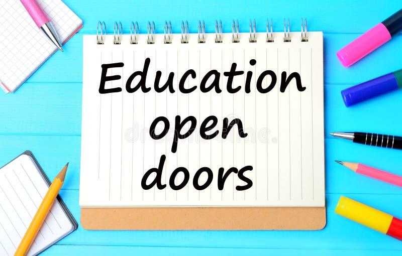 Las puertas abiertas de la educación de las palabras imagenes de archivo