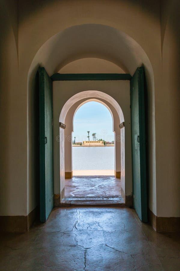 Las puertas abiertas en el pabellón en Menara cultivan un huerto en Marrakesh, Marruecos foto de archivo