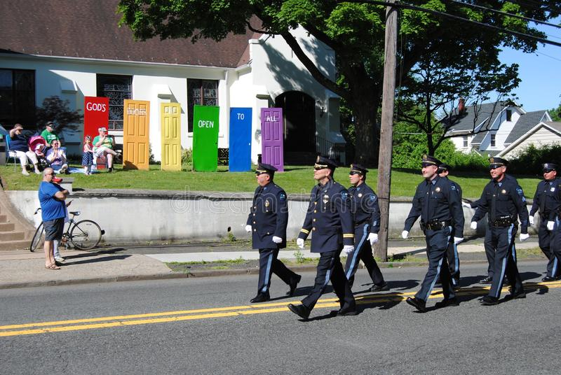 Las puertas de dios est?n abiertas a todos, polic?a que camina en un desfile del D?a de los ca?dos, Rutherford, NJ, los E.E.U.U. foto de archivo