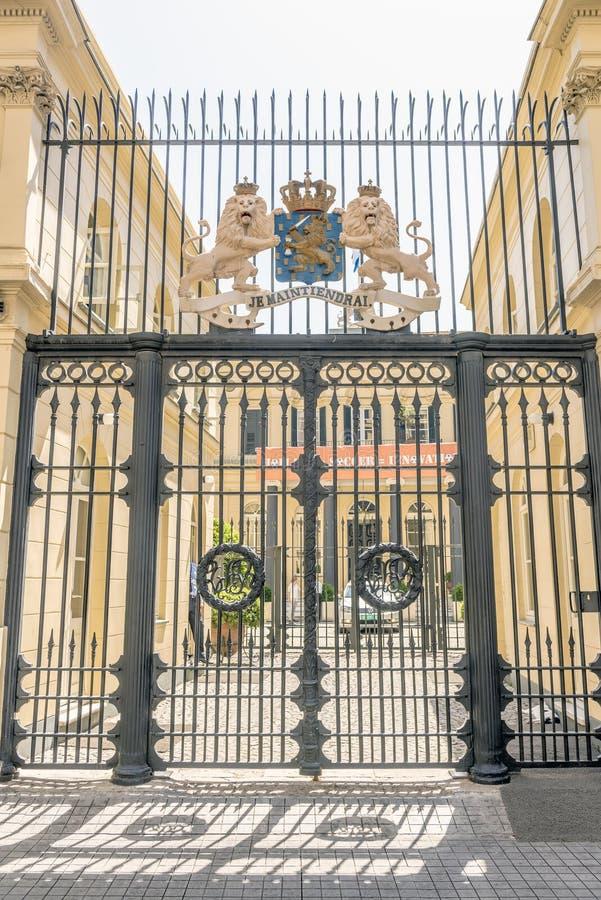 Las puertas de la embajada de los Países Bajos en el centro turístico de Estambul, Turquía Tiendas y cafés imagenes de archivo