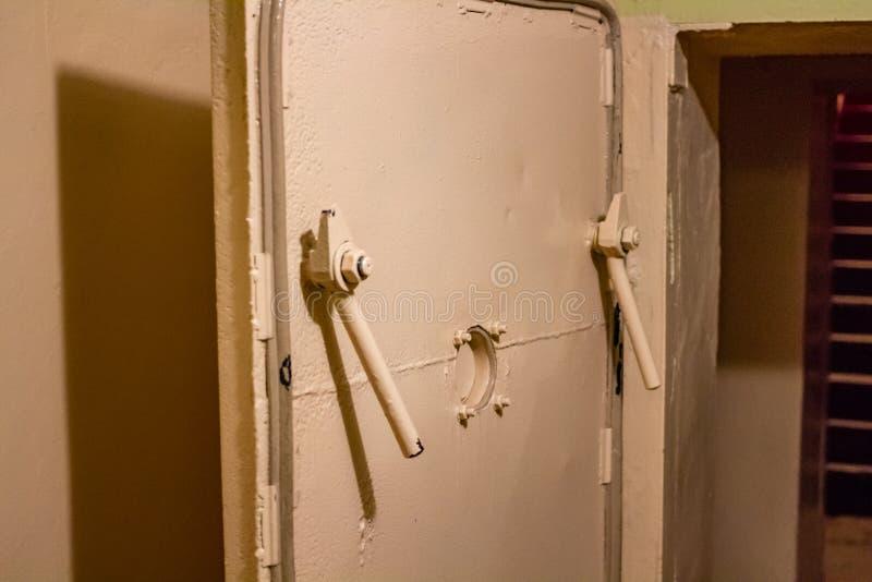Las puertas herméticas hicieron del metal grueso en el viejo refugio de bomba fotografía de archivo