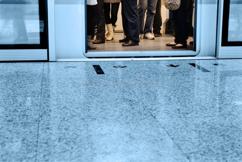 Download Las puertas se abrieron foto de archivo. Imagen de piernas - 17292954