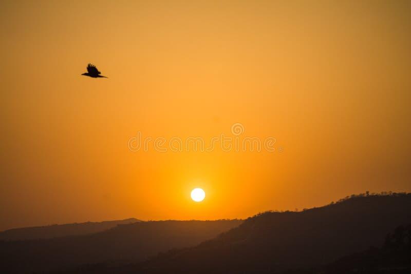 Las puestas del sol asolean la montaña anaranjada clara del color fotos de archivo libres de regalías
