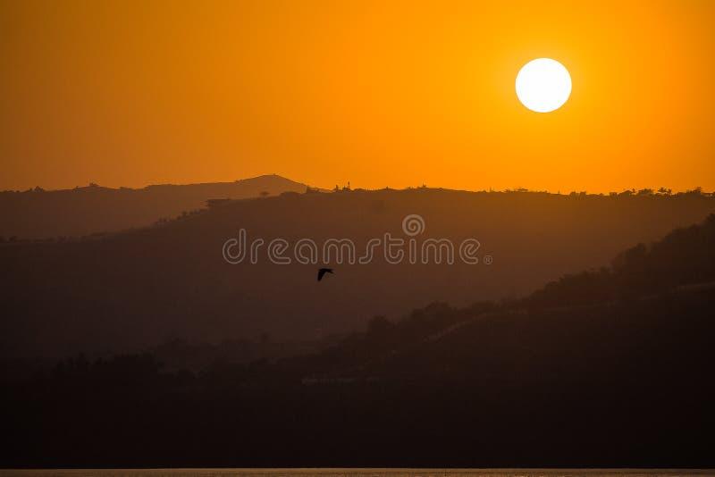 Las puestas del sol asolean la montaña anaranjada clara del color foto de archivo libre de regalías