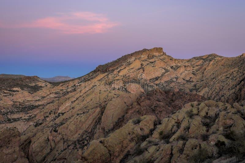 Las puestas del sol púrpuras sobre rosa cubrieron las montañas fotos de archivo libres de regalías