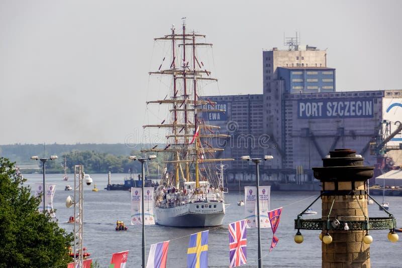 Las razas altas de las naves, nave alta Dar Mlodzierzy que sale del puerto imagen de archivo libre de regalías