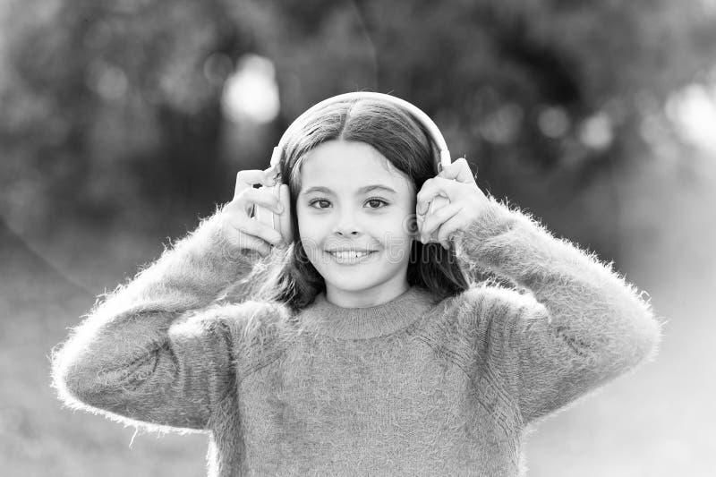 Las razones usted debe utilizar los auriculares Los auriculares cambiaron el mundo Los auriculares traen aislamiento a los espaci foto de archivo libre de regalías