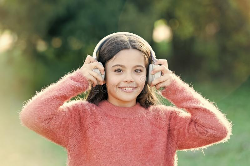 Las razones usted debe utilizar los auriculares Los auriculares cambiaron el mundo Los auriculares traen aislamiento a los espaci fotos de archivo