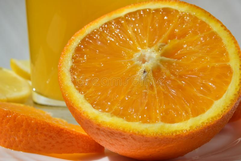 Las rebanadas anaranjadas jugosas brillantes se cierran para arriba imagen de archivo