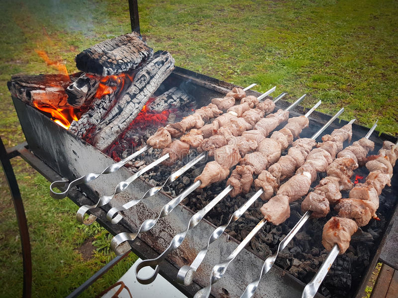 Las rebanadas de carne se preparan en el fuego fotos de archivo