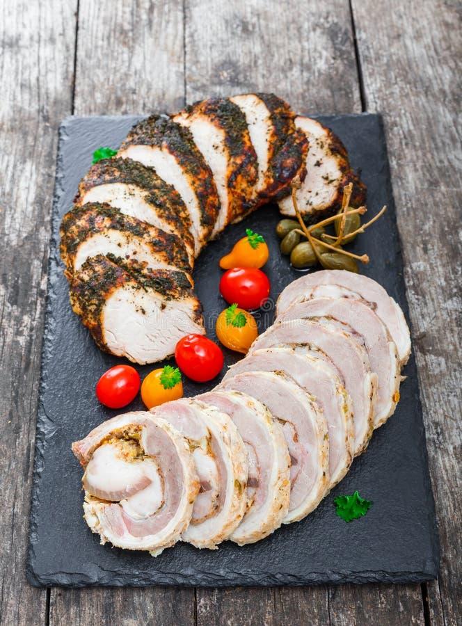 Las rebanadas de filete hecho en casa del pan con carne, de la ternera y de cerdo relleno con las verduras en pizarra negra empie imágenes de archivo libres de regalías