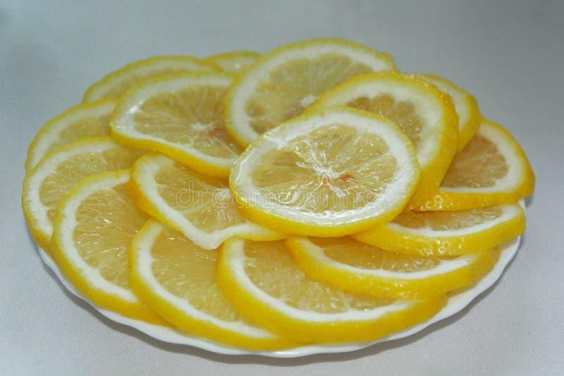 Las rebanadas de limón se presentan en la placa imagenes de archivo