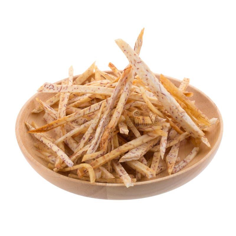 las rebanadas fritas del taro sumergen en el caramelo en la cesta aislada encendido fotografía de archivo