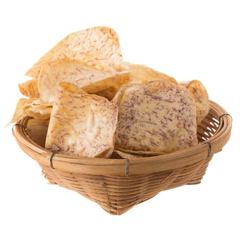 las rebanadas fritas del taro sumergen en el caramelo en la cesta aislada encendido foto de archivo libre de regalías