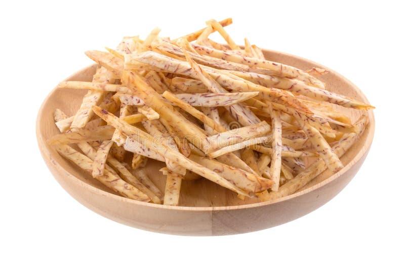 las rebanadas fritas del taro sumergen en el caramelo en la cesta aislada encendido fotos de archivo