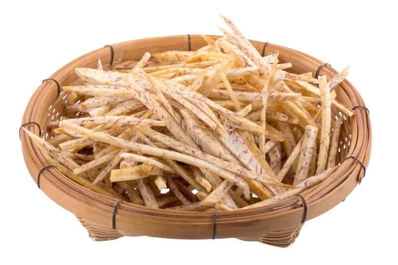 las rebanadas fritas del taro sumergen en el caramelo en la cesta aislada encendido fotos de archivo libres de regalías