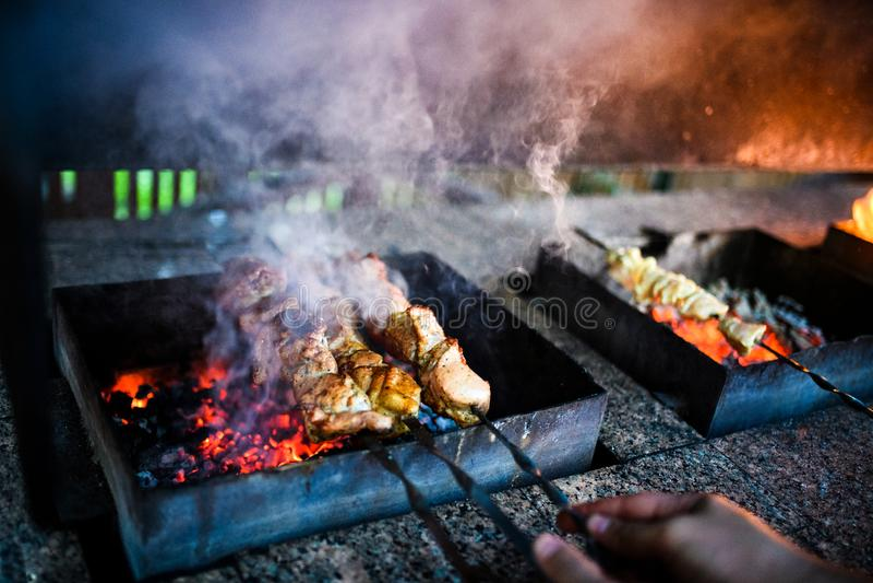 Las rebanadas jugosas de carne se preparan en el fuego fotografía de archivo libre de regalías