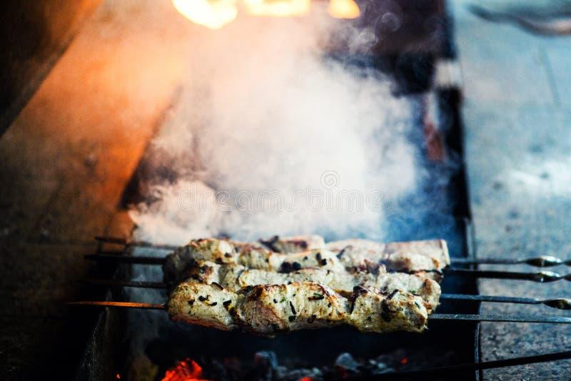 Las rebanadas jugosas de carne se preparan en el fuego imagenes de archivo