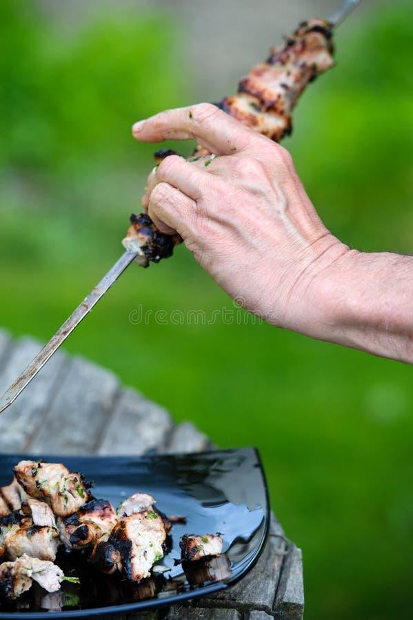 Las rebanadas jugosas de carne se preparan en el fuego Barbacoa imagenes de archivo