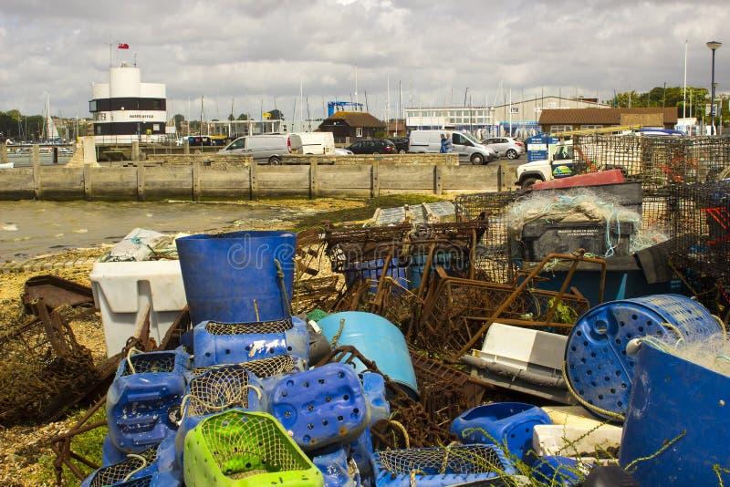 Las redes de la pesca profesional y las cajas plásticas desecharon en el muelle en Warsash en la costa sur PF Inglaterra en Hamps foto de archivo