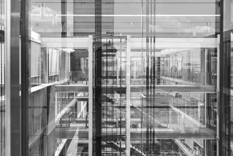 Las reflexiones abstractas de la ventana adentro morden el edificio de oficinas Foto blanco y negro de Pek?n, China fotos de archivo libres de regalías