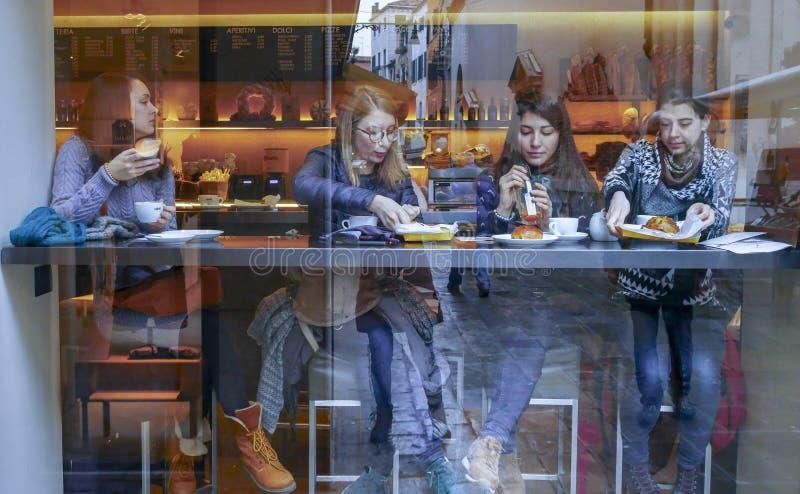 Las reflexiones de los ciudadanos en una ventana de una barra imagen de archivo libre de regalías