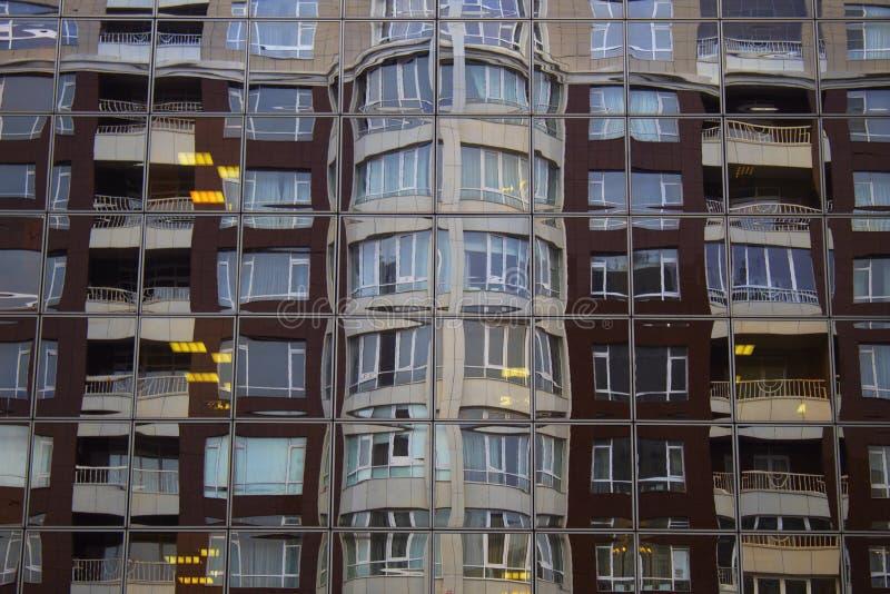Las reflexiones duplican los edificios de cristal imagenes de archivo